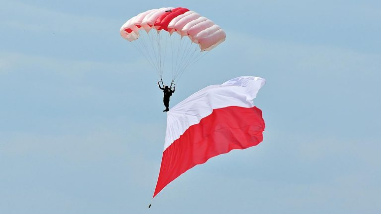 Spadochroniarz z polską flagą